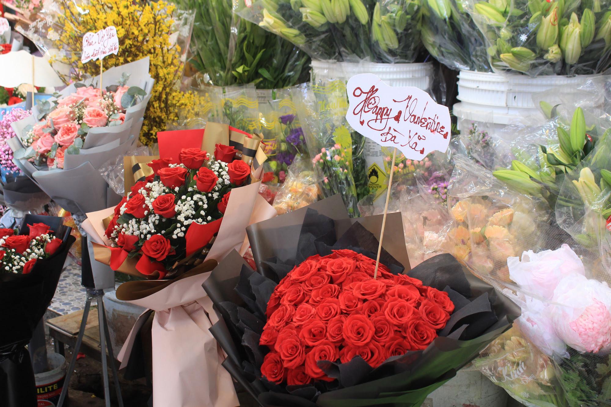 ẢNH: Chợ hoa, quà tặng Lễ tình nhân ế ẩm, chờ mãi không thấy người mua - Ảnh 10.