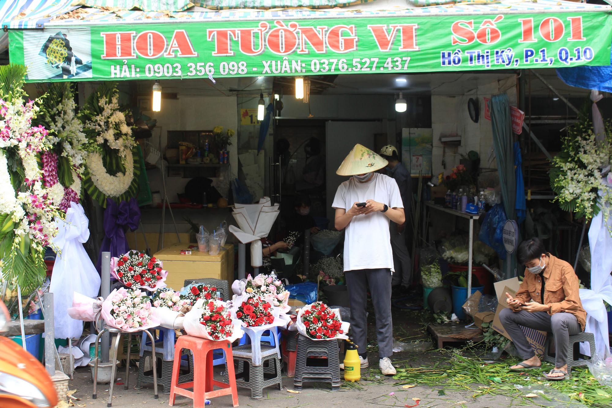 ẢNH: Chợ hoa, quà tặng Lễ tình nhân ế ẩm, chờ mãi không thấy người mua - Ảnh 11.