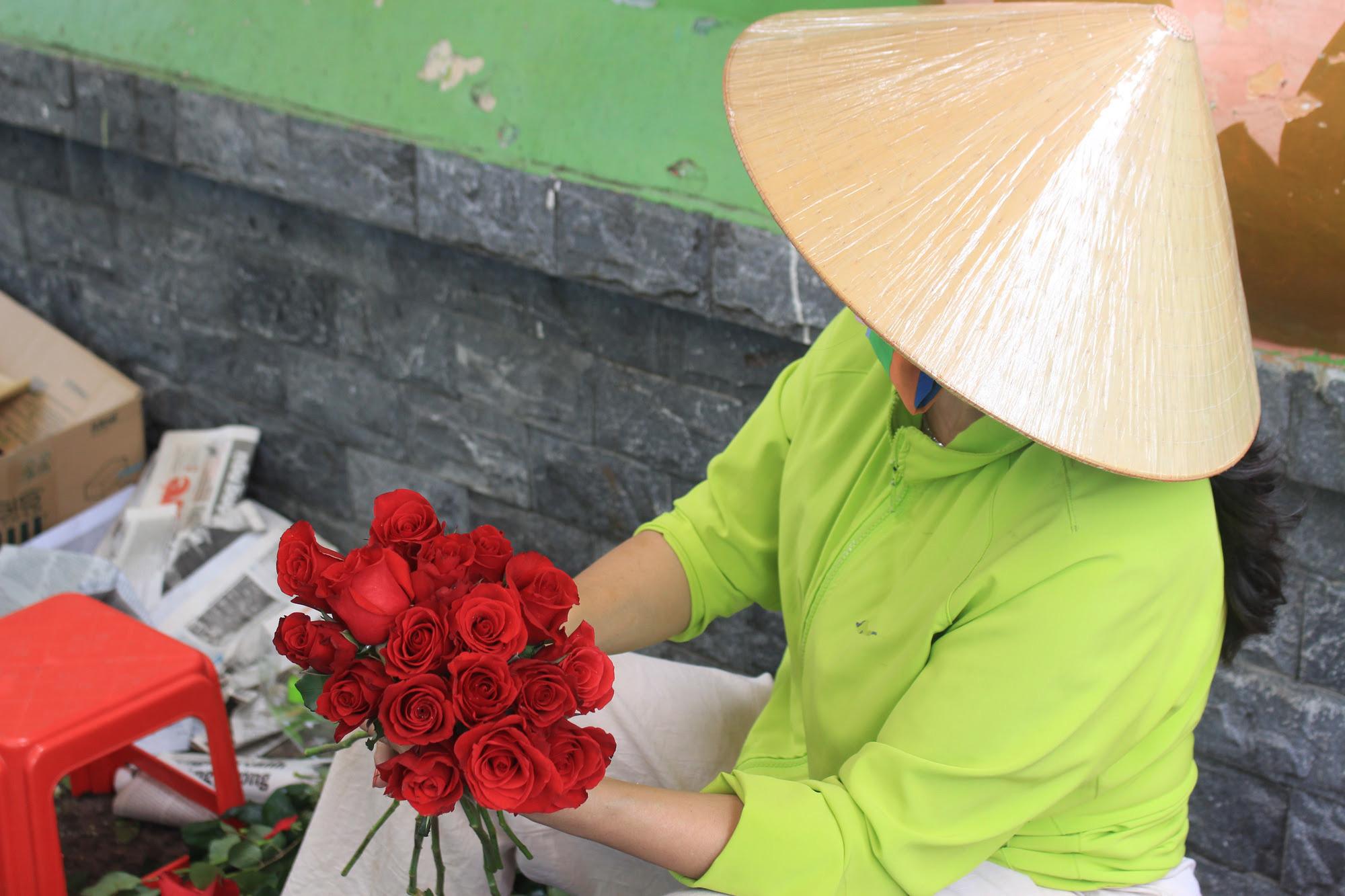 ẢNH: Chợ hoa, quà tặng Lễ tình nhân ế ẩm, chờ mãi không thấy người mua - Ảnh 12.