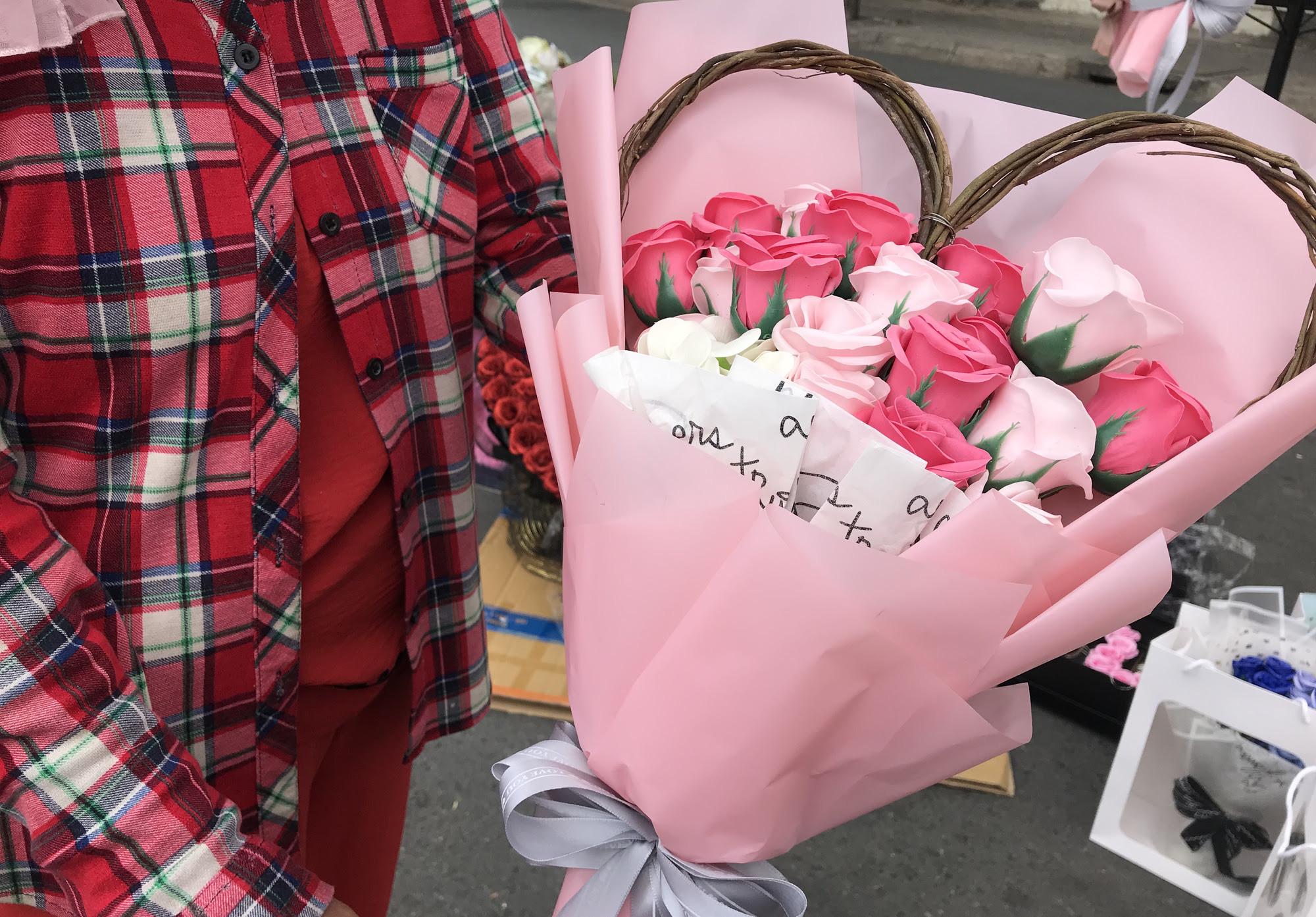 ẢNH: Chợ hoa, quà tặng Lễ tình nhân ế ẩm, chờ mãi không thấy người mua - Ảnh 13.