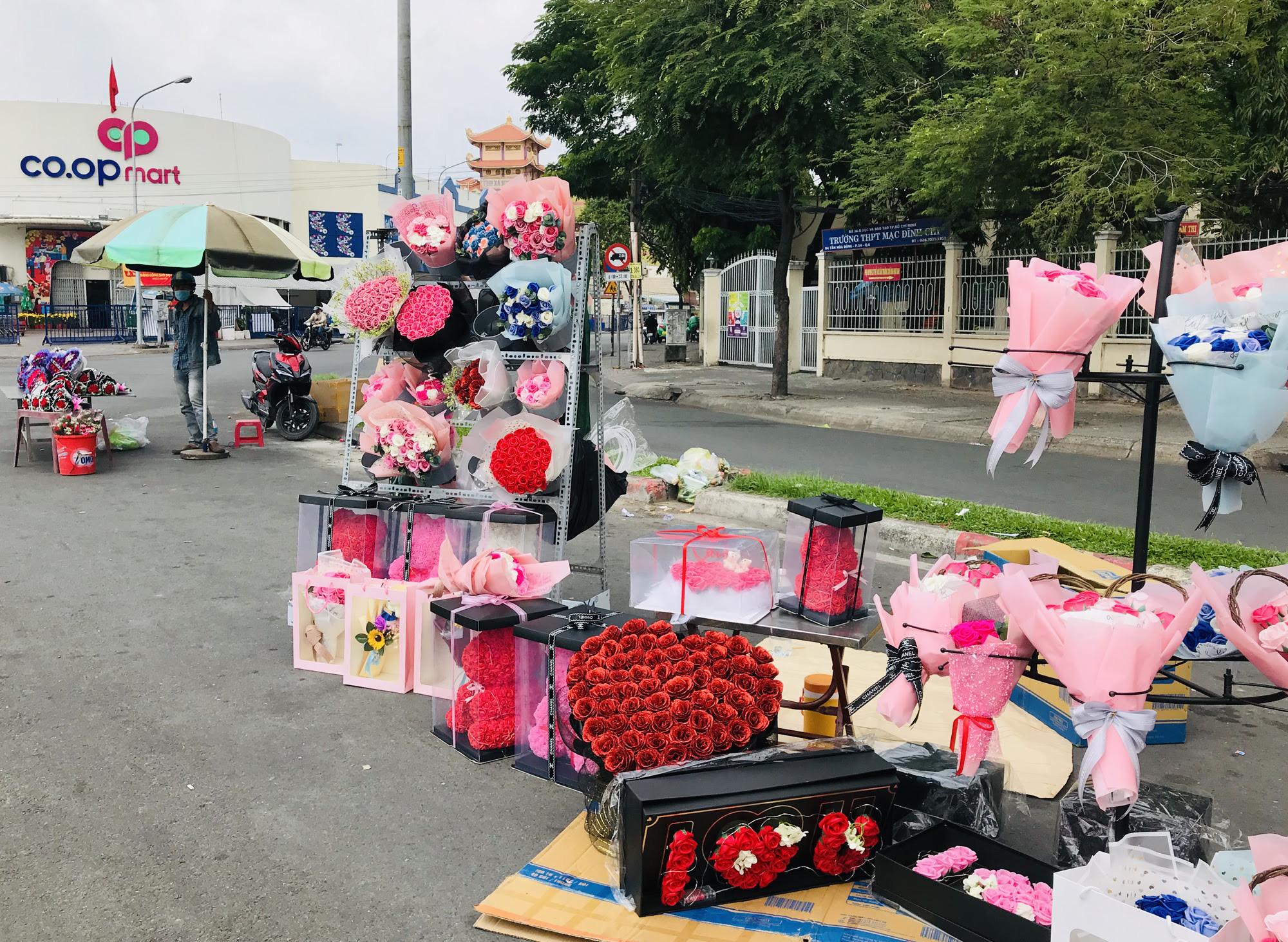 ẢNH: Chợ hoa, quà tặng Lễ tình nhân ế ẩm, chờ mãi không thấy người mua - Ảnh 3.