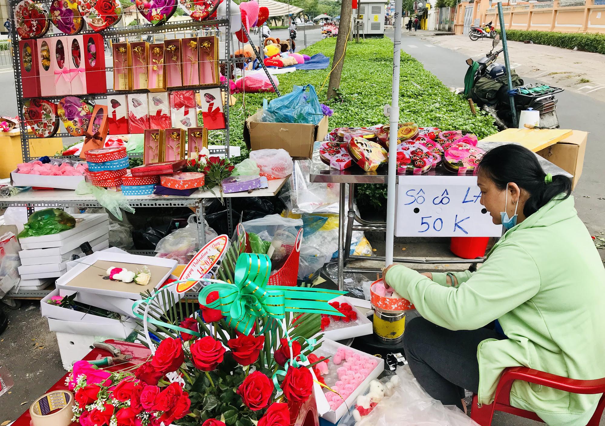 ẢNH: Chợ hoa, quà tặng Lễ tình nhân ế ẩm, chờ mãi không thấy người mua - Ảnh 4.