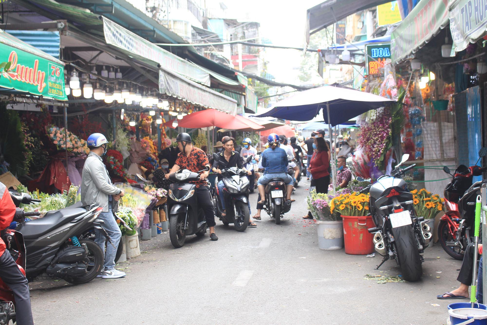 ẢNH: Chợ hoa, quà tặng Lễ tình nhân ế ẩm, chờ mãi không thấy người mua - Ảnh 6.
