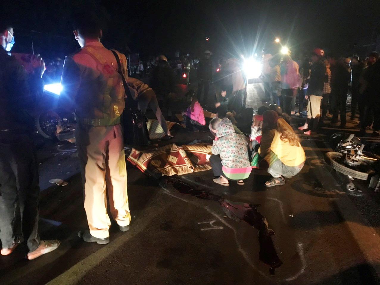 Hai xe mô tô tông nhau, 4 người chết - Ảnh 1.