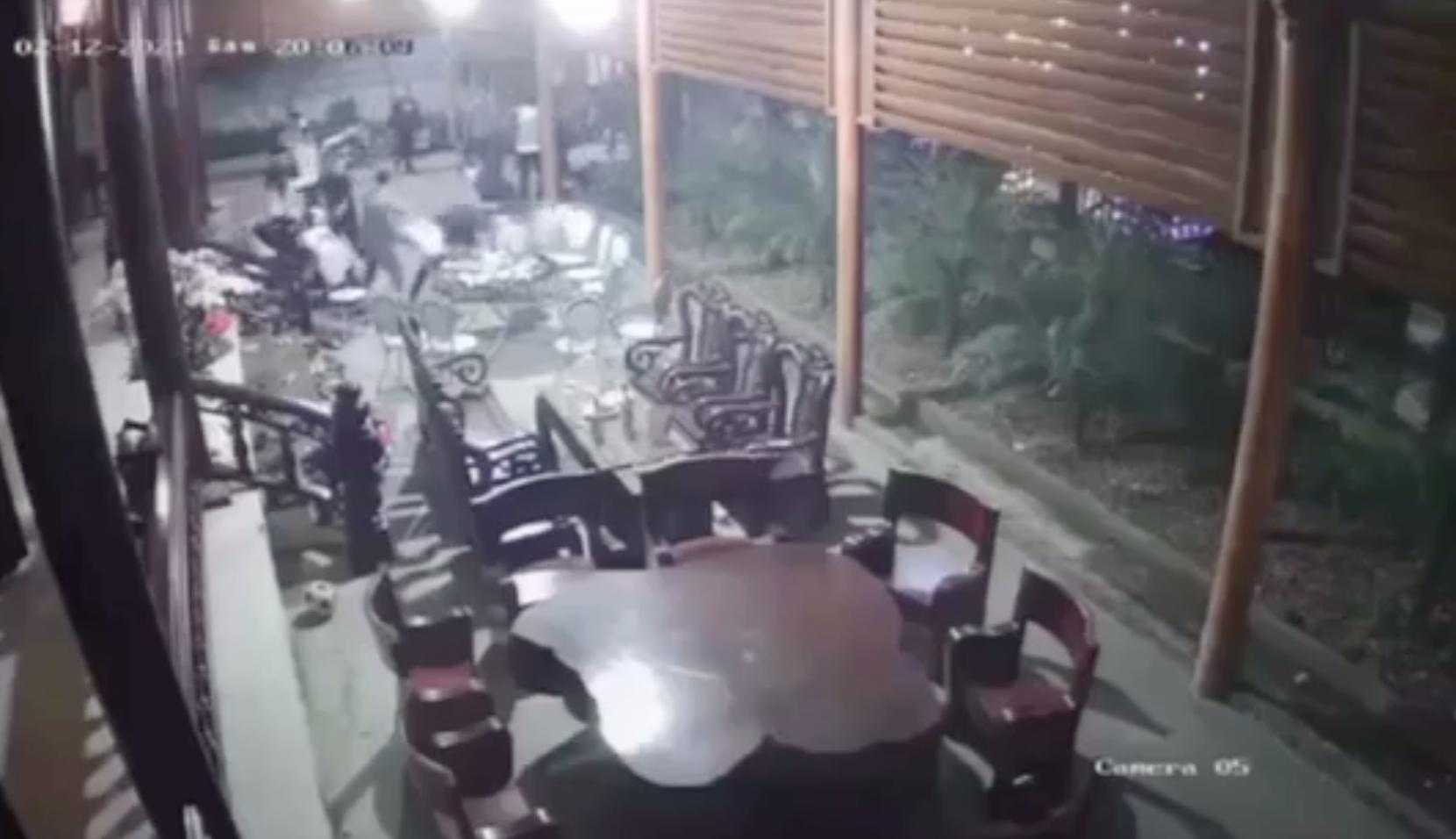 Clip: 20 thanh niên xông vào nhà chém người trong đêm ở Hà Tĩnh - Ảnh 2.