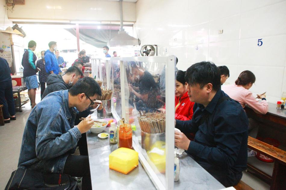 Dịch Covid-19 ở Hà Nội có nguy cơ bùng phát cao: Nhà hàng, quán ăn phục vụ trong nhà phải lưu ý điều này? - Ảnh 3.