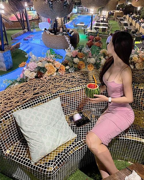 """Ở bên Đặng Văn Lâm, Yến Xuân liên tục khoe """"cặp tuyết lê"""" đẹp mê hồn - Ảnh 3."""