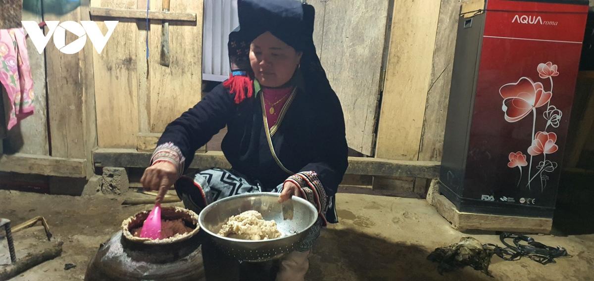 Đem thịt lợn ủ mới muối tinh và cơm tẻ ngày Tết của đồng bào Dao Sơn La - Ảnh 3.