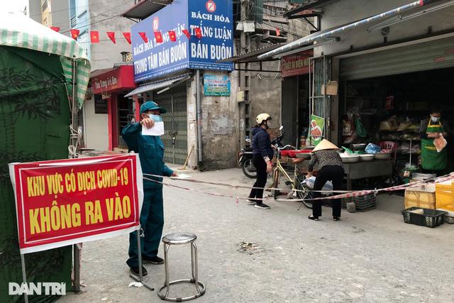 Người dân tâm dịch thành phố Chí Linh đi chợ bằng thẻ theo ngày chẵn lẻ - Ảnh 1.