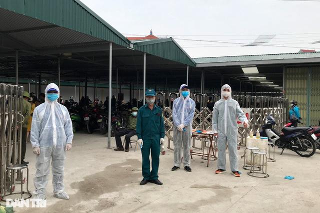 Người dân tâm dịch thành phố Chí Linh đi chợ bằng thẻ theo ngày chẵn lẻ - Ảnh 2.