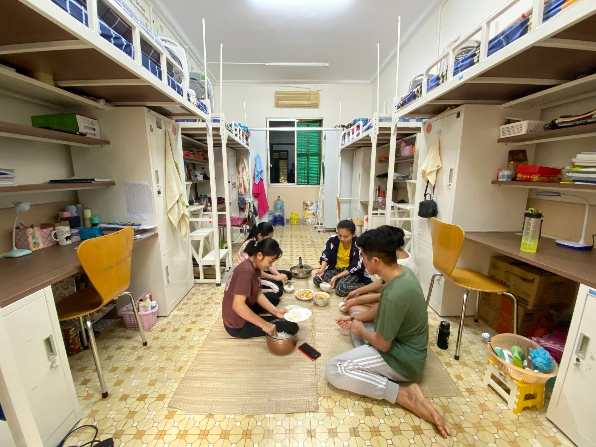 Cuộc sống đặc biệt giữa bối cảnh dịch bệnh Covid-19 của những sinh viên, lưu học sinh nước ngoài trên đất Việt - Ảnh 2.