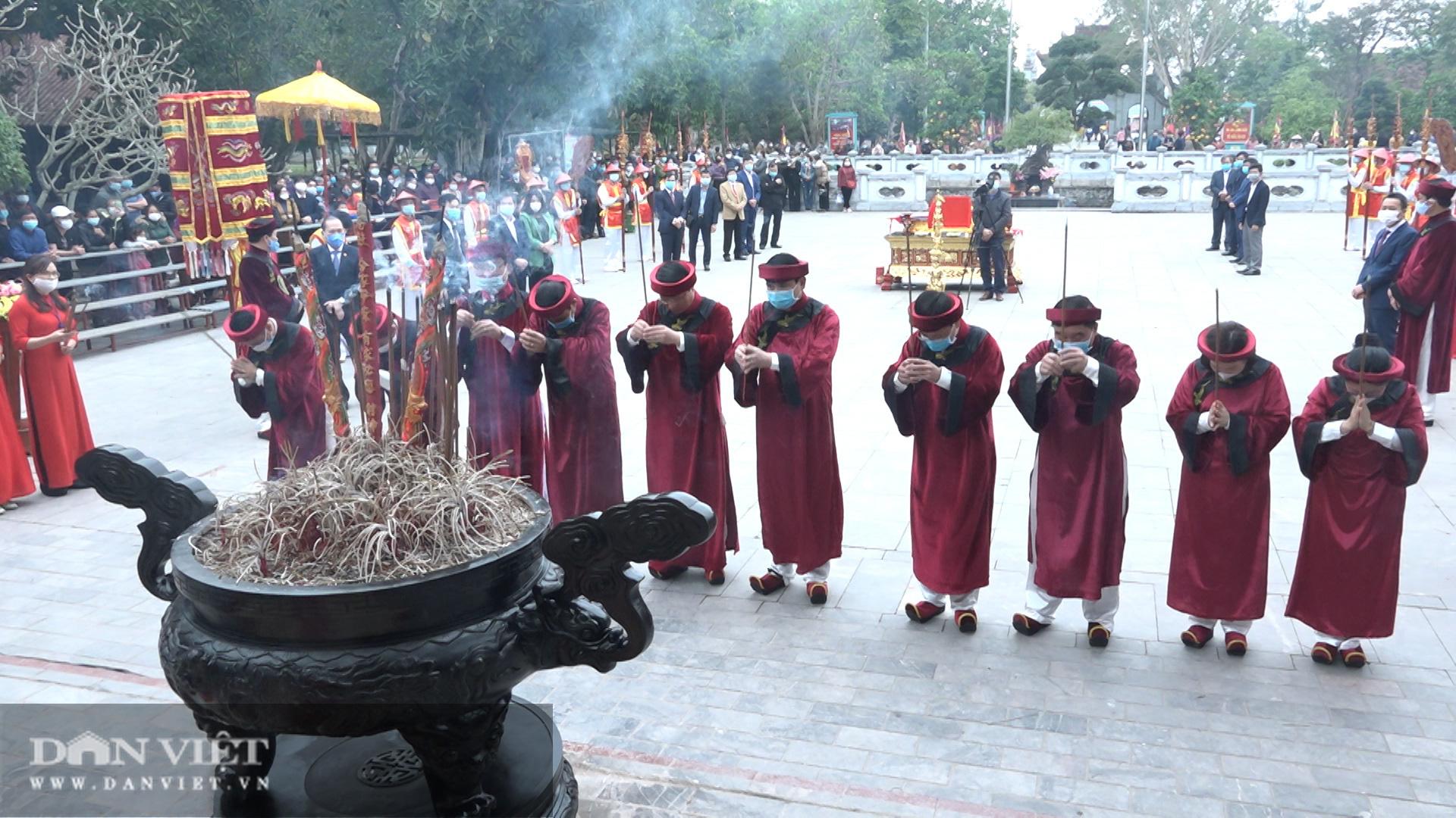 Người dân đeo khẩu trang kín mít khi về khai lễ Đền mẫu Âu Cơ - Ảnh 5.