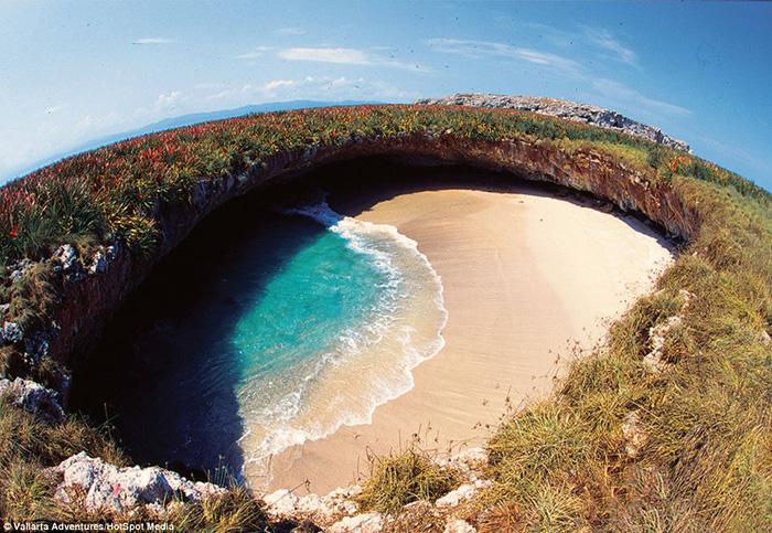Thiên đường bãi biển độc lạ ẩn giấu trong hang động ở Mexico - Ảnh 2.