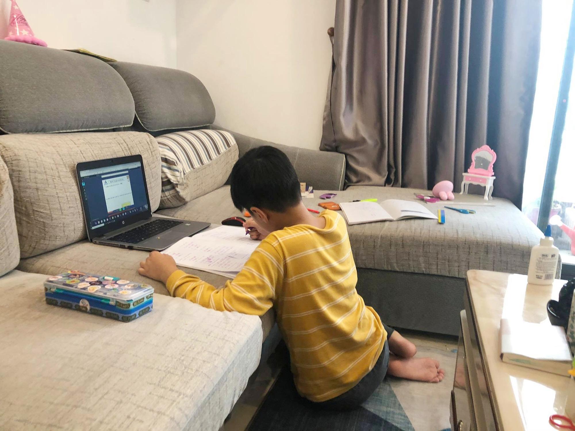 Nhiều phụ huynh lao đao, có lúc bị stress vì vật vã lo hướng dẫn con học online - Ảnh 4.
