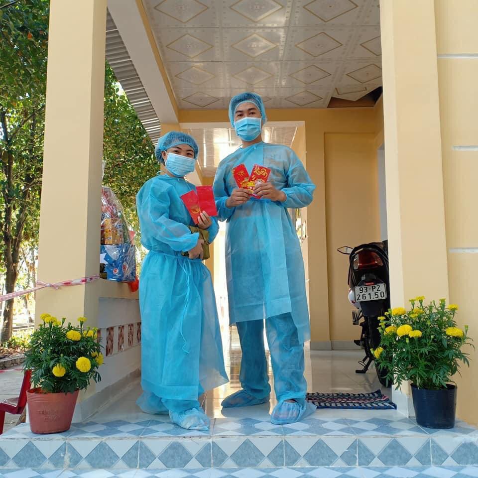 Lãnh đạo cơ qaun tới thăm hỏi và chúc Tết y bác sĩ tại trung tâm.