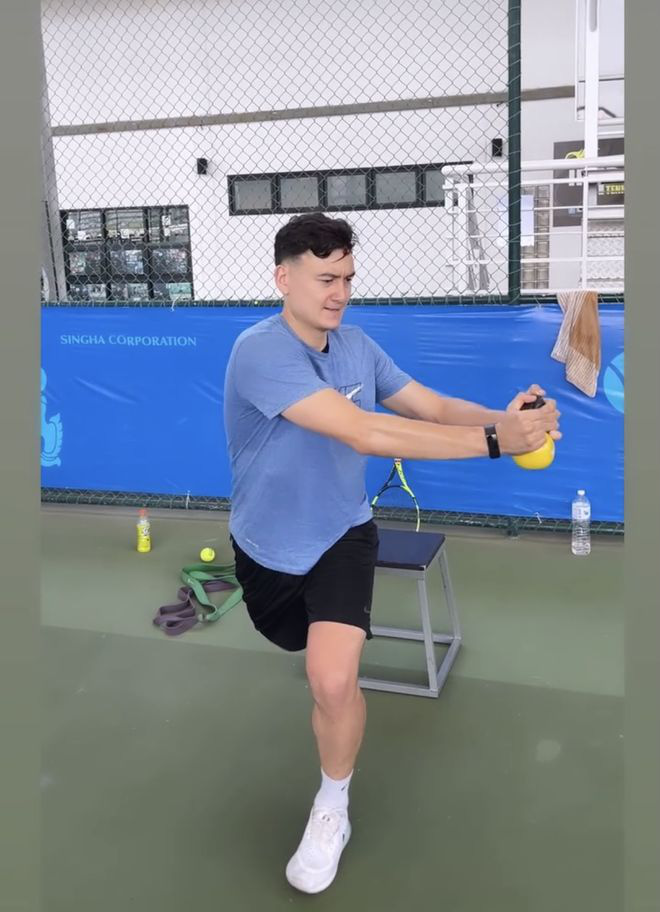 Tập quần vợt ở Thái Lan, Đặng Văn Lâm nhận mưa lời khen - Ảnh 1.