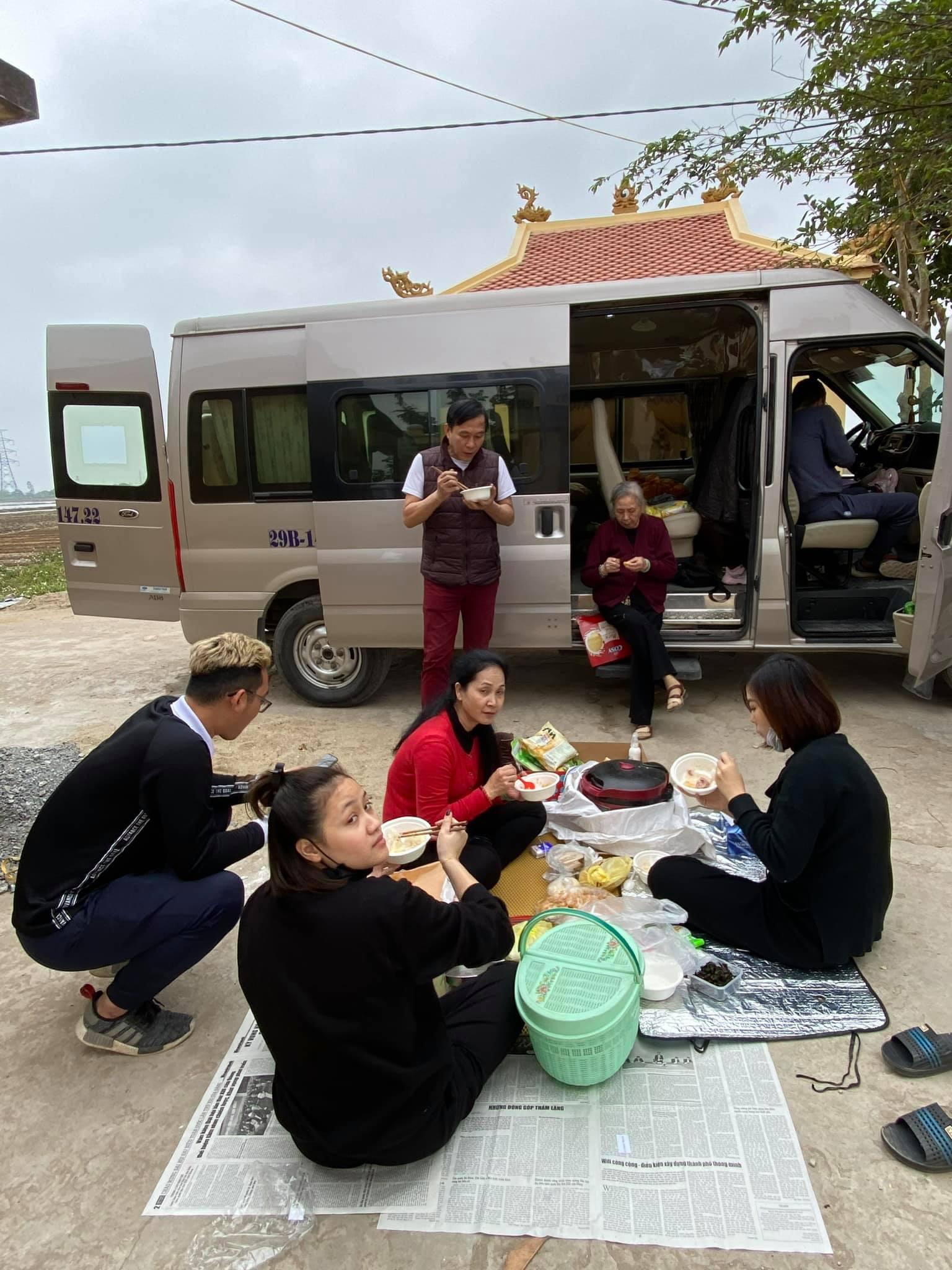 Sự thật phía sau hình ảnh gia đình NSND Lan Hương trải báo ăn cơm bên nghĩa trang - Ảnh 2.