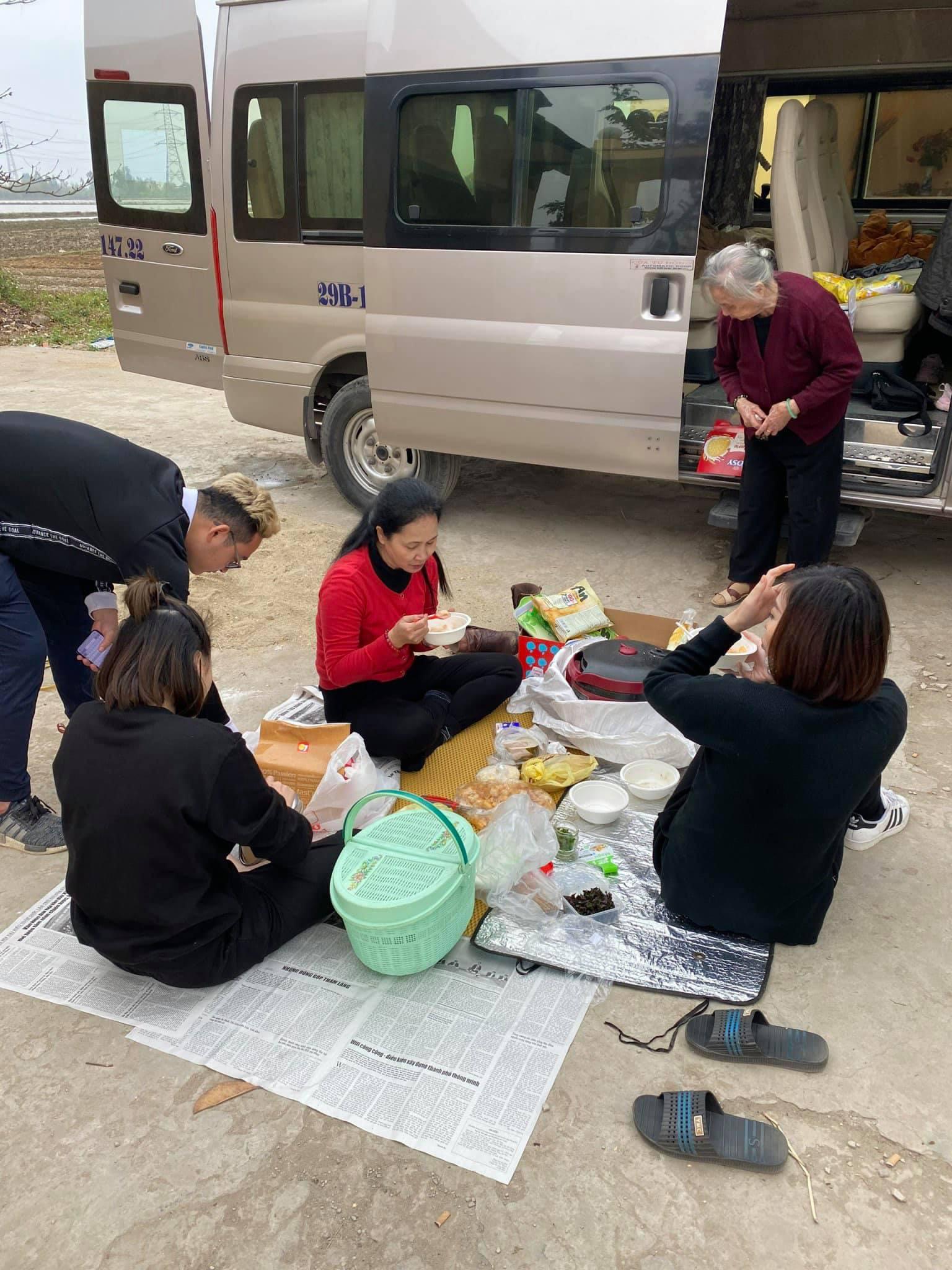 Sự thật phía sau hình ảnh gia đình NSND Lan Hương trải báo ăn cơm bên nghĩa trang - Ảnh 1.