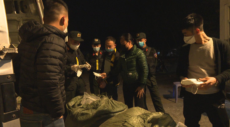"""Quảng Ninh: Giữa tâm dịch, bắt xe tải chở hơn 100 nghìn khẩu trang """"lậu"""" - Ảnh 1."""
