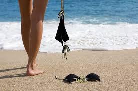 Du khách ùn ùn đổ xô tới bãi biển khỏa thân để giải tỏa bí bách - Ảnh 4.