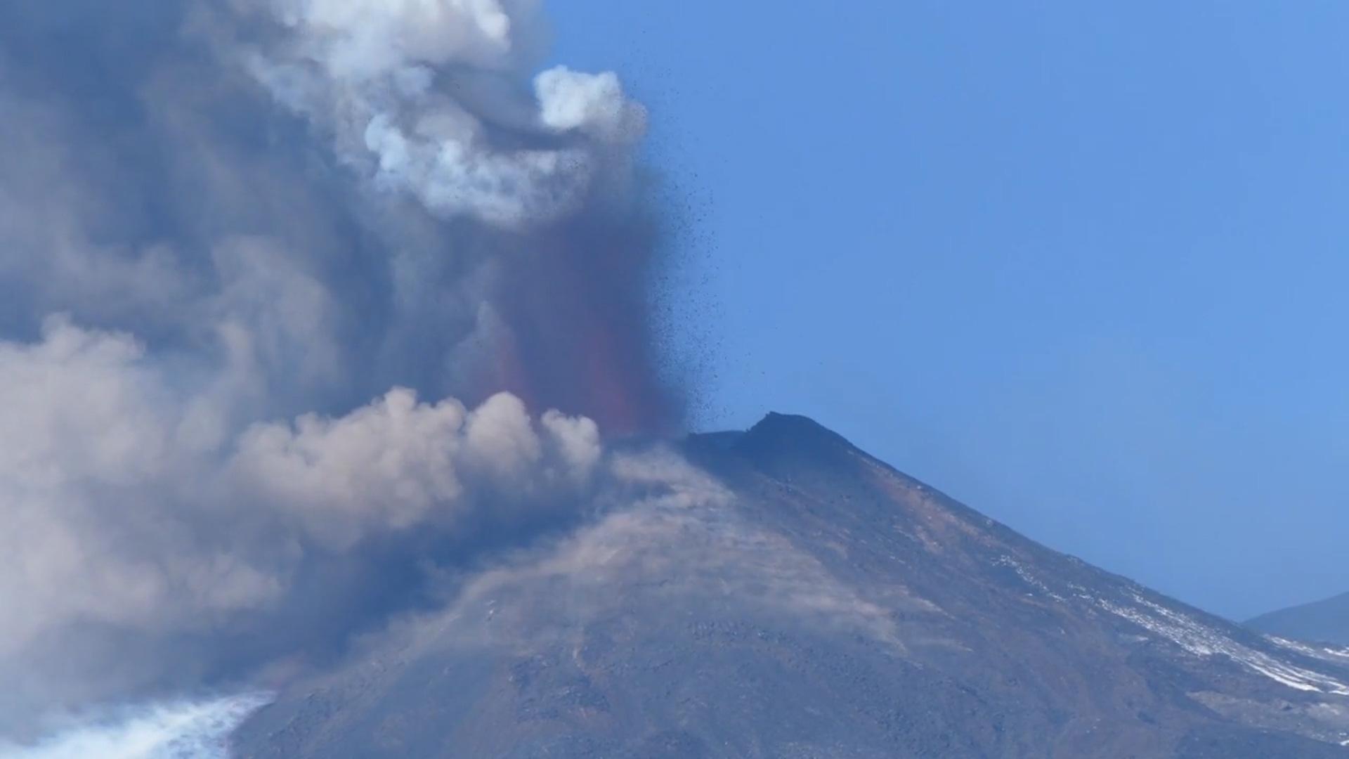 """Clip: Núi Etna """"tỉnh giấc"""", bắn dung nham hàng trăm mét lên bầu trời - Ảnh 2."""