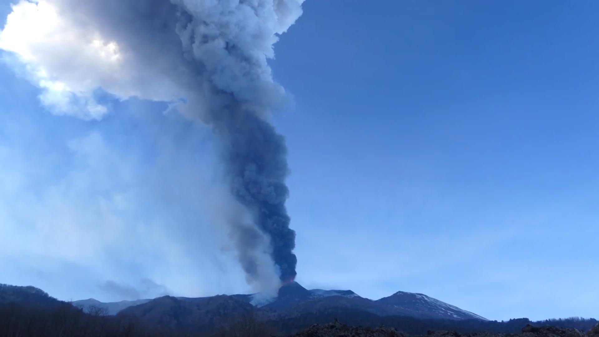 """Clip: Núi Etna """"tỉnh giấc"""", bắn dung nham hàng trăm mét lên bầu trời - Ảnh 3."""