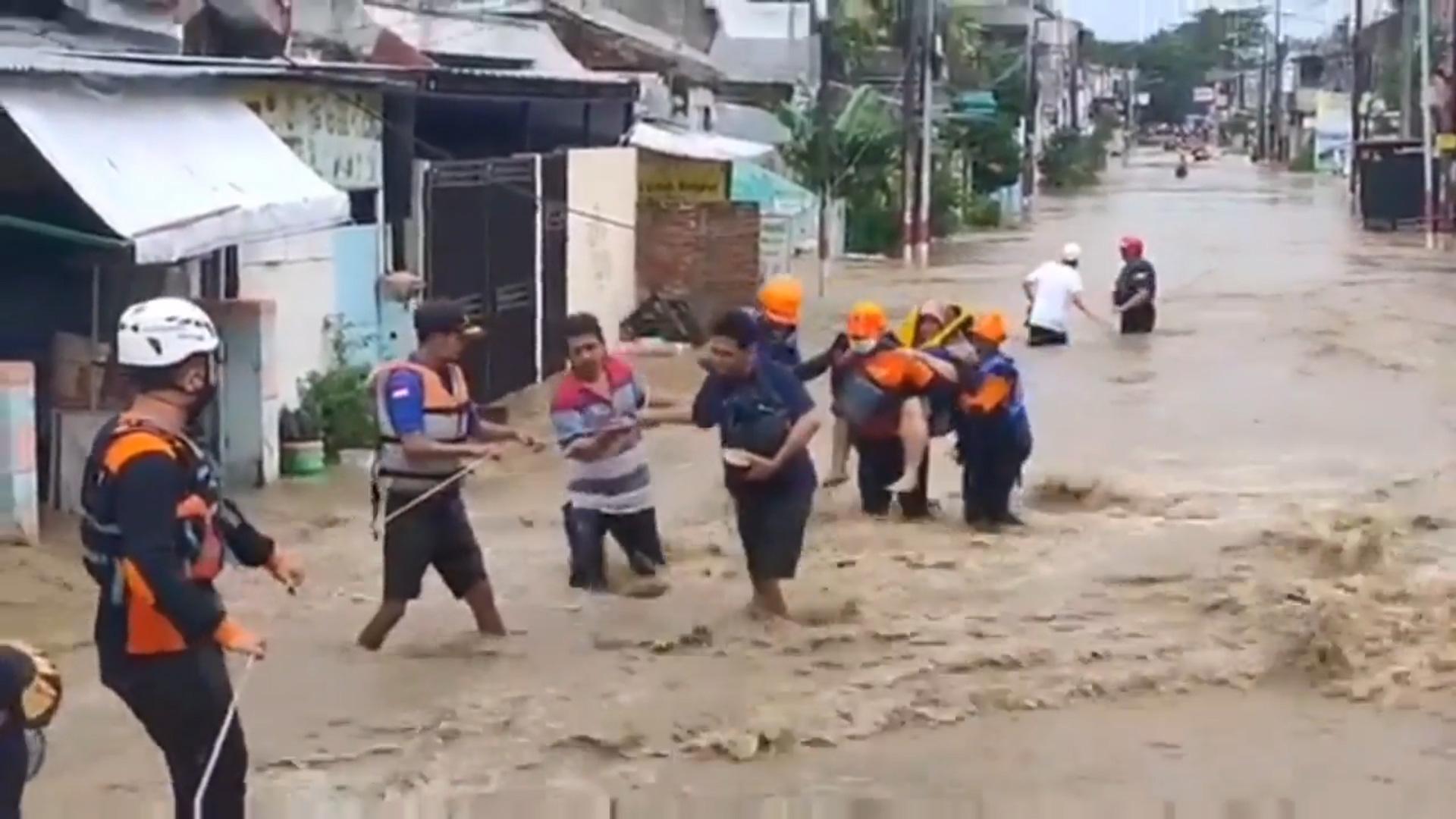 Clip: Ngập lụt do mưa lớn, Indonesia sơ tán cả nghìn người dân - Ảnh 2.