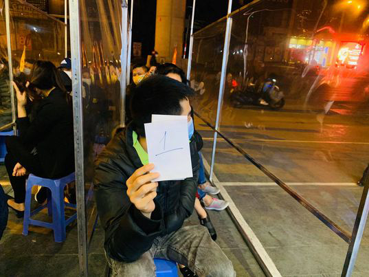 Ngày vía Thần Tài: Người dân đeo khẩu trang săn lộc, doanh nghiệp lắp vách ngăn trên đường cho khách mua vàng - Ảnh 3.