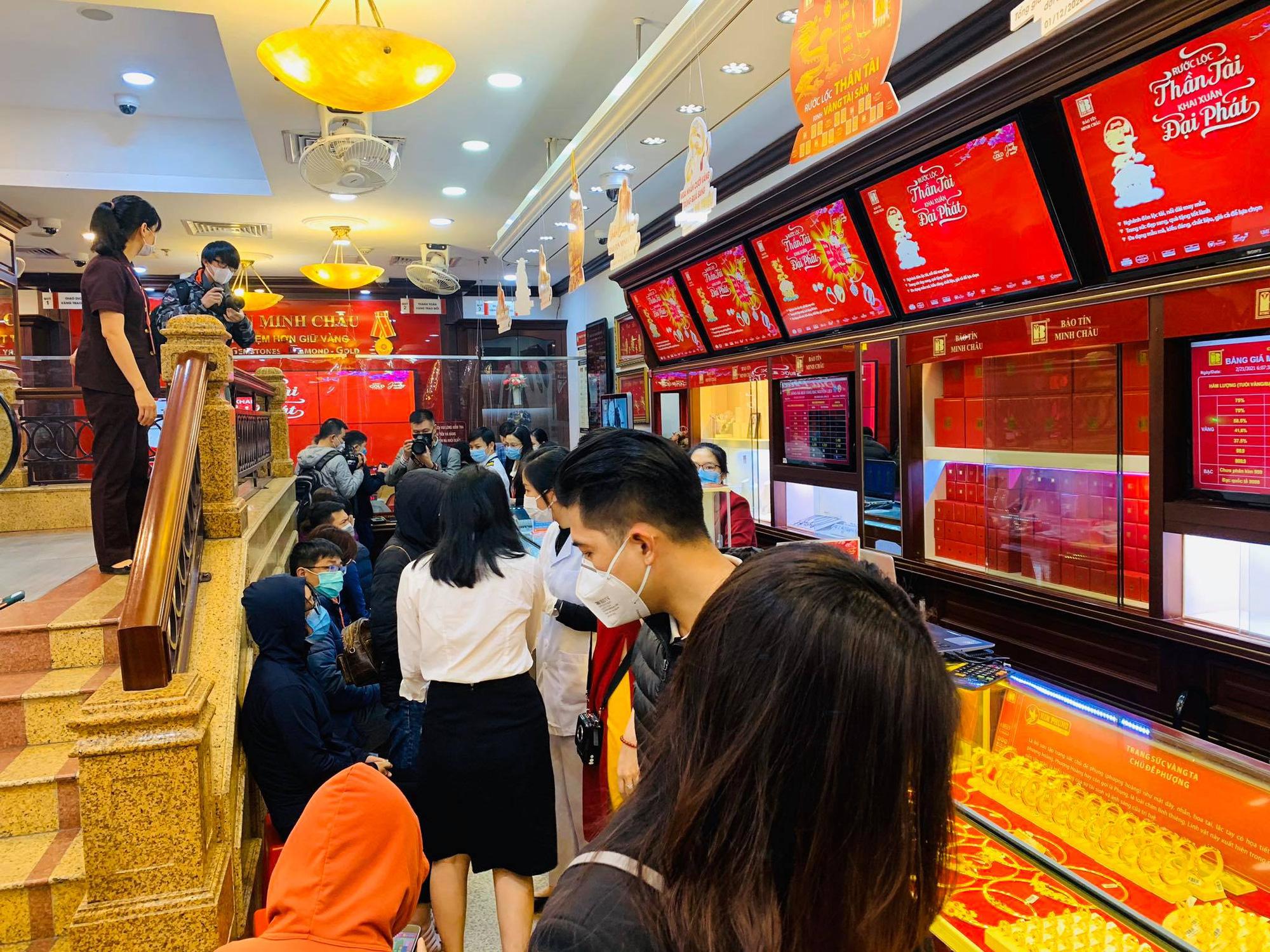 Ngày vía Thần Tài: Người dân đeo khẩu trang săn lộc, doanh nghiệp lắp vách ngăn trên đường cho khách mua vàng - Ảnh 7.