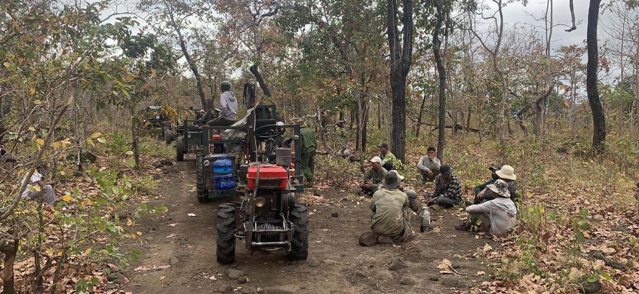"""ẢNH-CLIP: Cận cảnh đoàn xe công nông """"ùn ùn"""" đi phá rừng - Ảnh 4."""