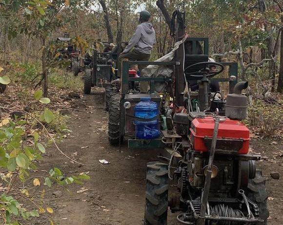 """ẢNH-CLIP: Cận cảnh đoàn xe công nông """"ùn ùn"""" đi phá rừng - Ảnh 5."""