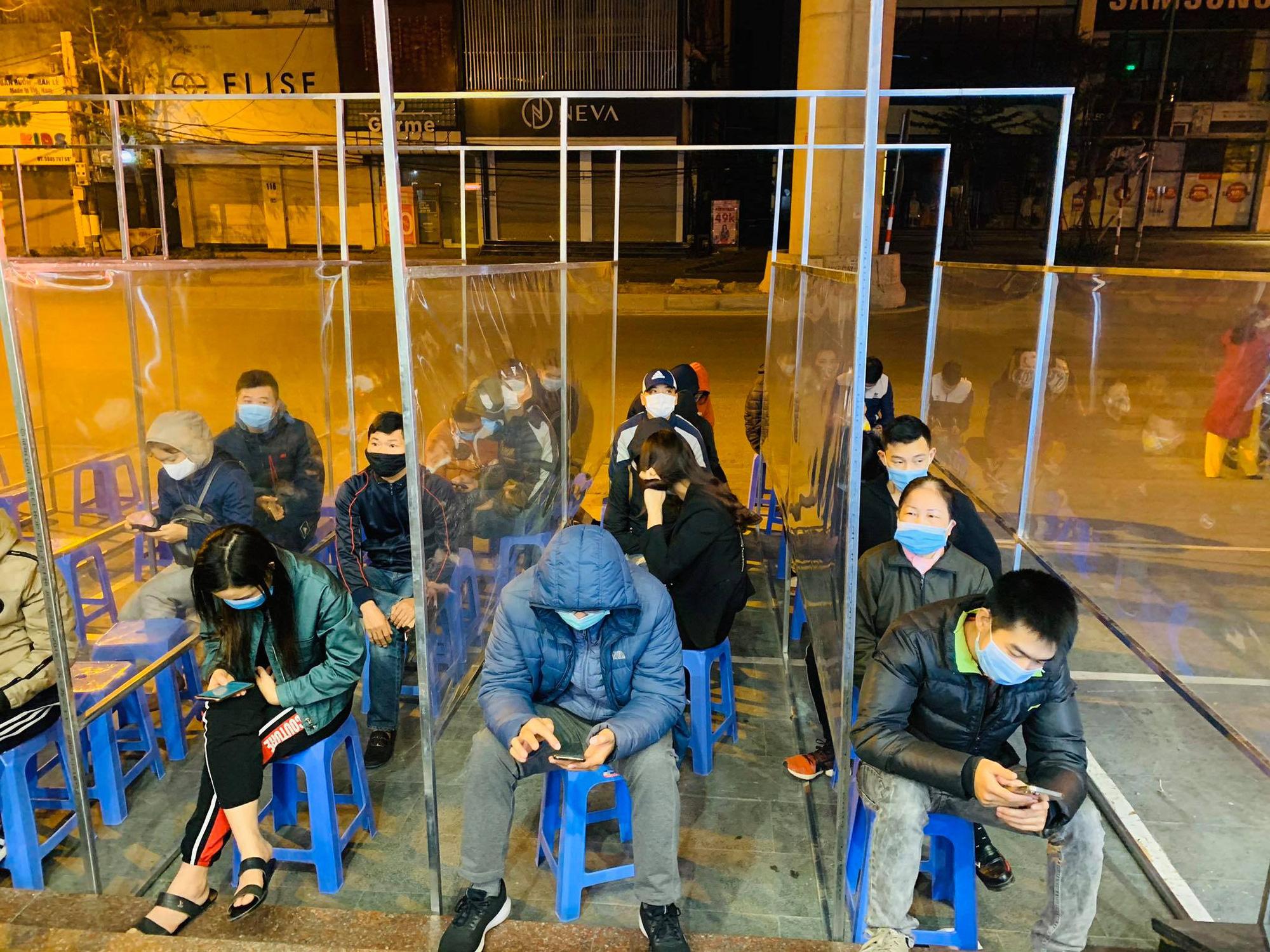 Ngày vía Thần Tài: Người dân đeo khẩu trang săn lộc, doanh nghiệp lắp vách ngăn trên đường cho khách mua vàng - Ảnh 1.