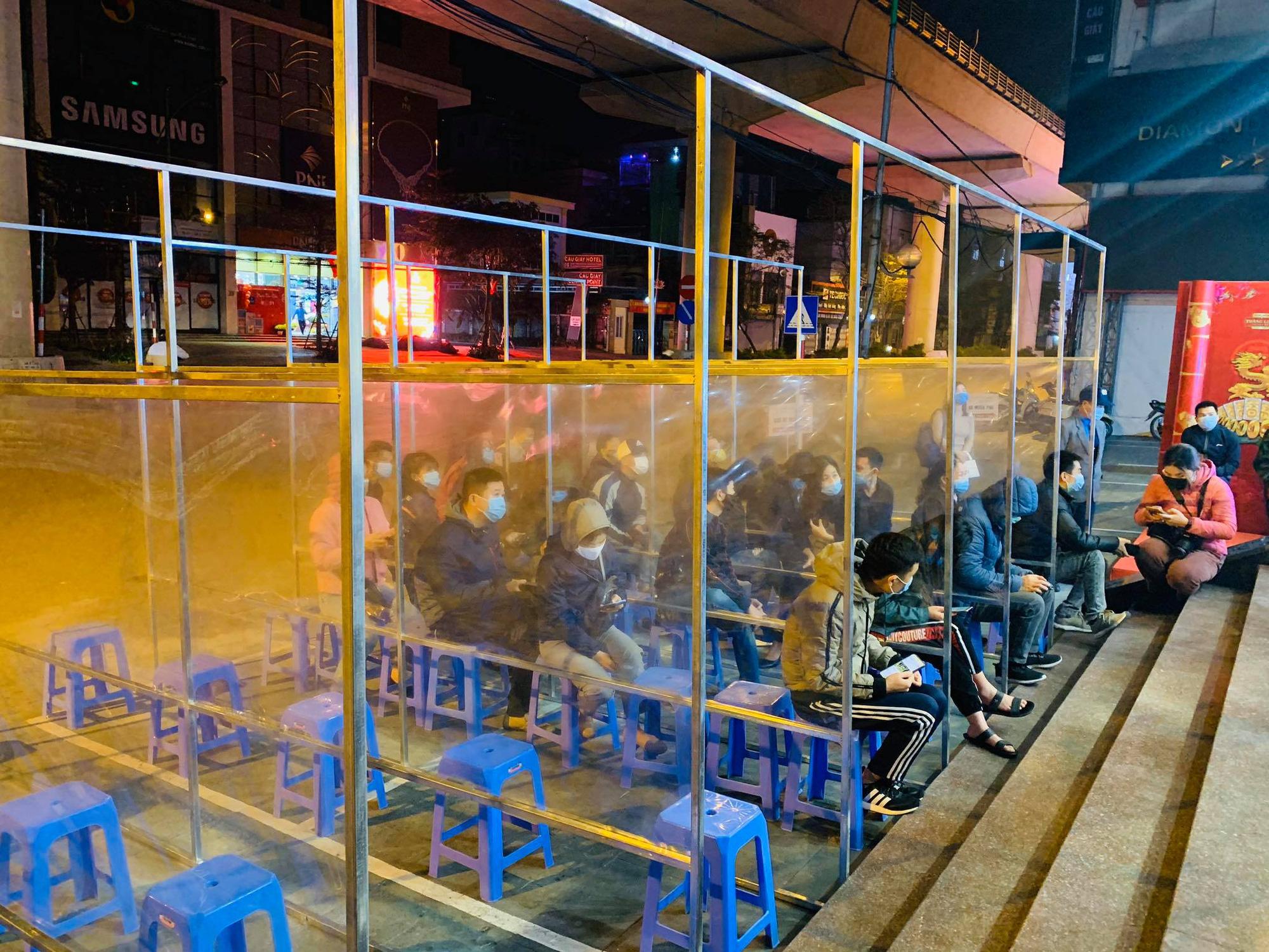 Ngày vía Thần Tài: Người dân đeo khẩu trang săn lộc, doanh nghiệp lắp vách ngăn trên đường cho khách mua vàng - Ảnh 2.