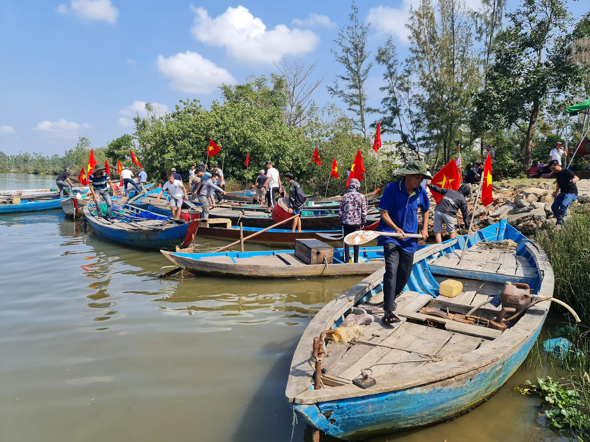 """Quảng Nam: Cắm cờ đỏ sao vàng trên ghe, dân làng nghề  """"bạt sóng"""" lấy lộc đầu năm   - Ảnh 1."""