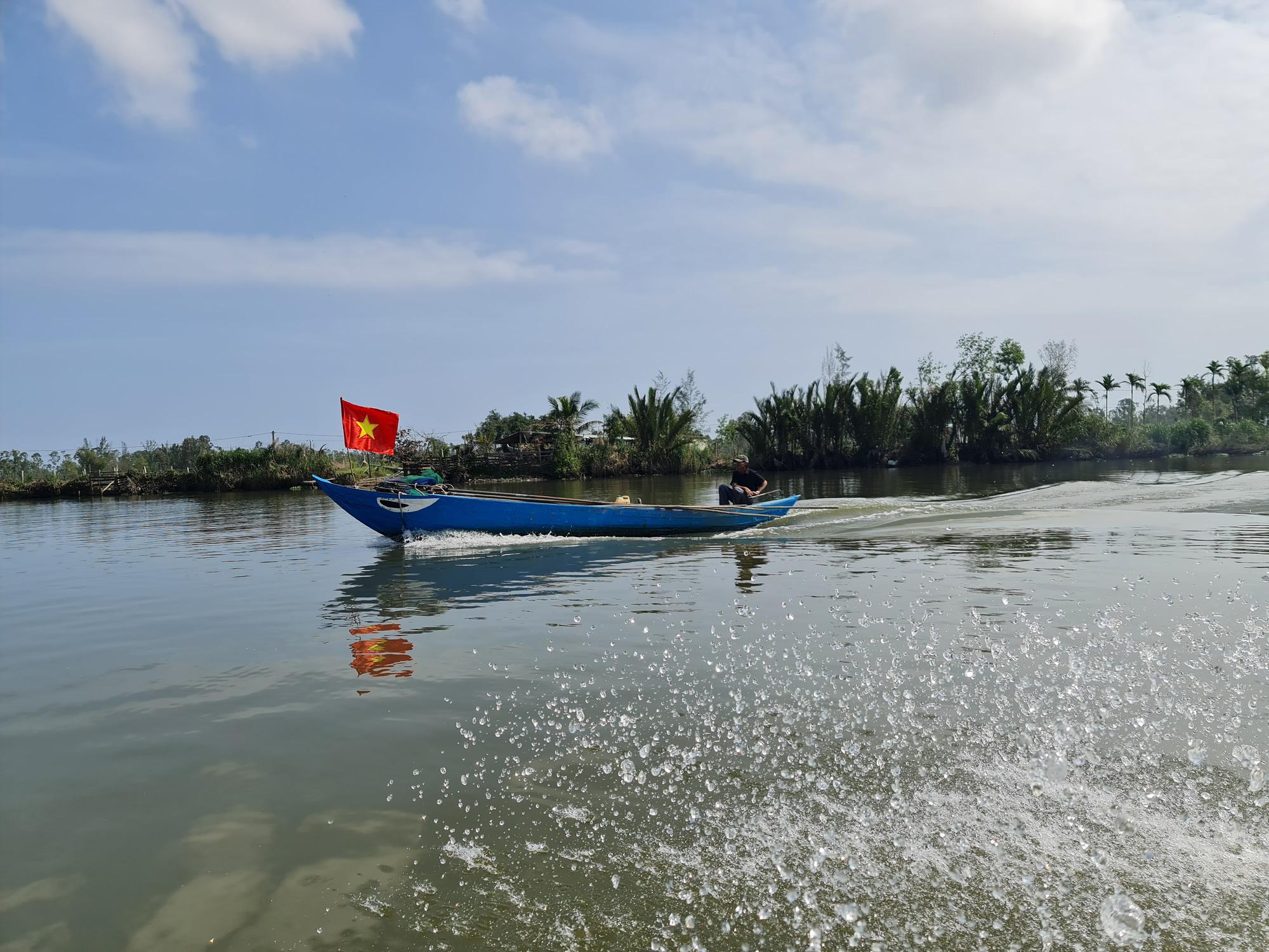 """Quảng Nam: Cắm cờ đỏ sao vàng trên ghe, dân làng nghề  """"bạt sóng"""" lấy lộc đầu năm   - Ảnh 7."""