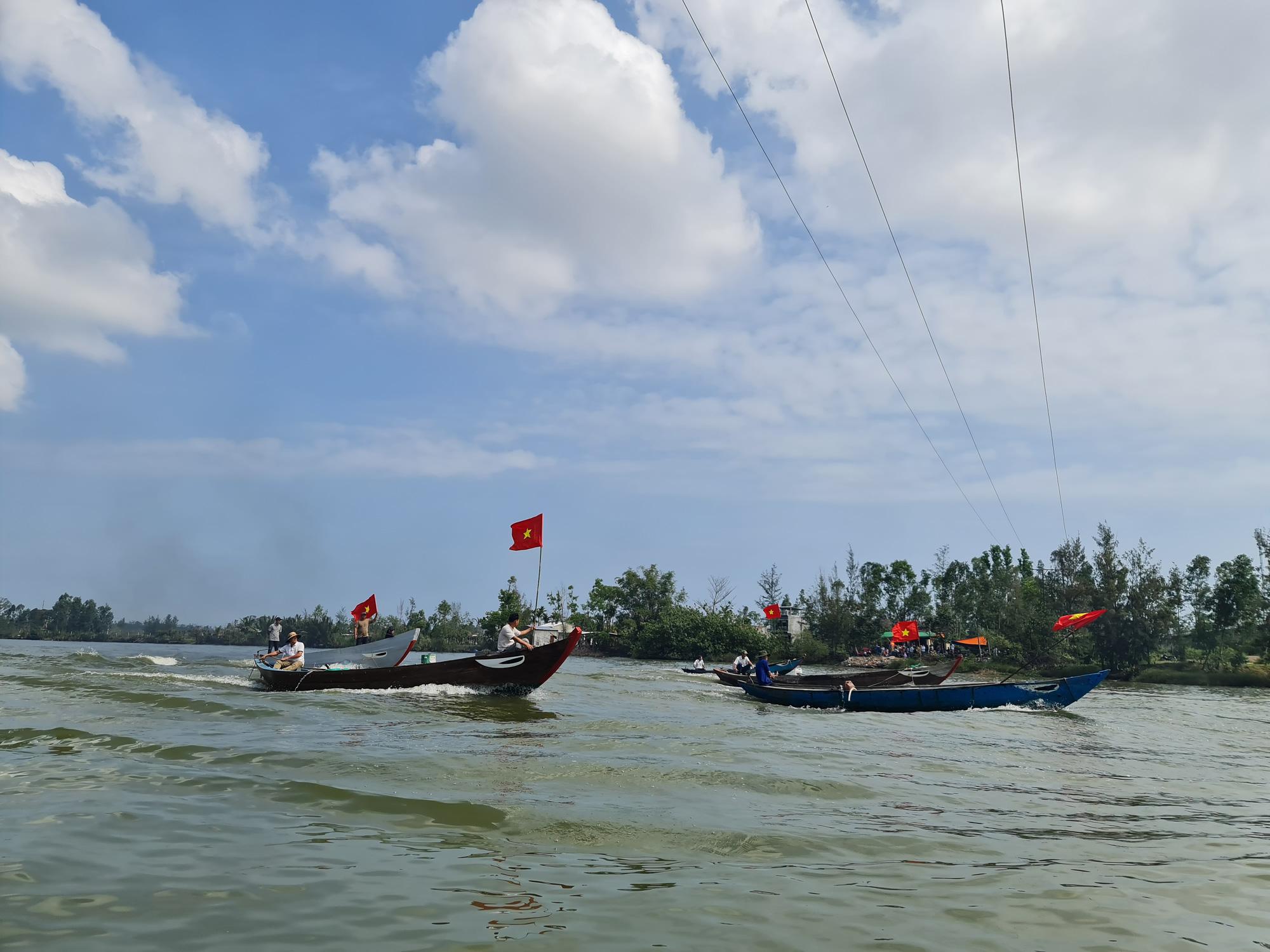 """Quảng Nam: Cắm cờ đỏ sao vàng trên ghe, dân làng nghề  """"bạt sóng"""" lấy lộc đầu năm   - Ảnh 8."""
