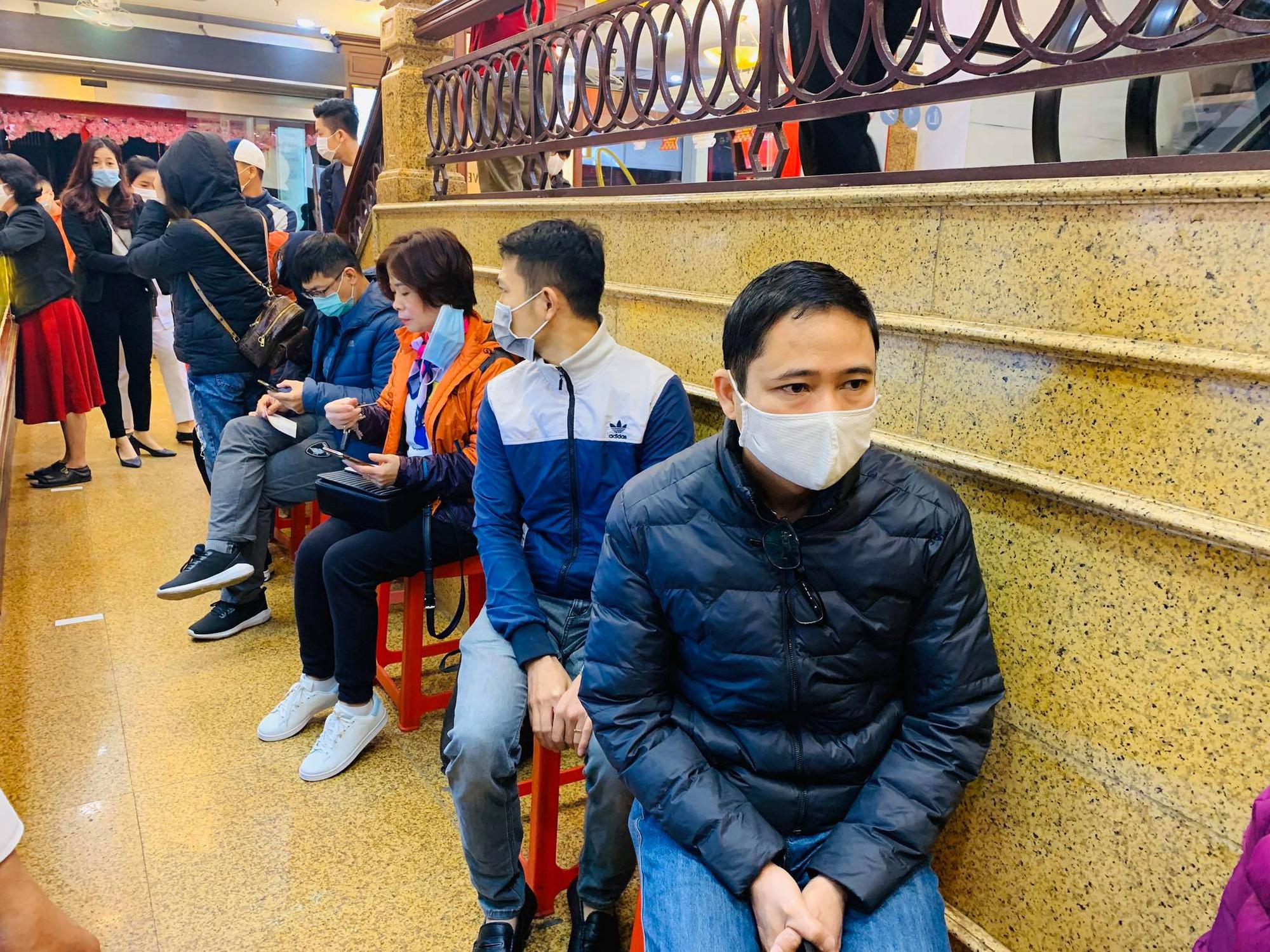Ngày vía Thần Tài: Người dân đeo khẩu trang săn lộc, doanh nghiệp lắp vách ngăn trên đường cho khách mua vàng - Ảnh 6.