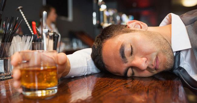 Vì sao mặt lại đỏ sau khi uống rượu bia? - Ảnh 1.