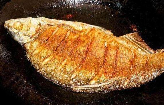 Hai gia vị đặc biệt giúp món cá rán không bị dính, rách da, thơm ngon hơn - Ảnh 1.