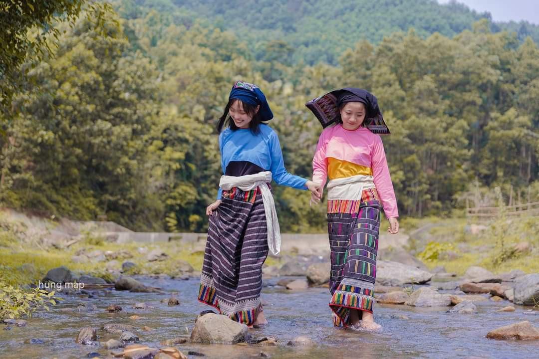 Hai cô gái Thái đi chơi xuân