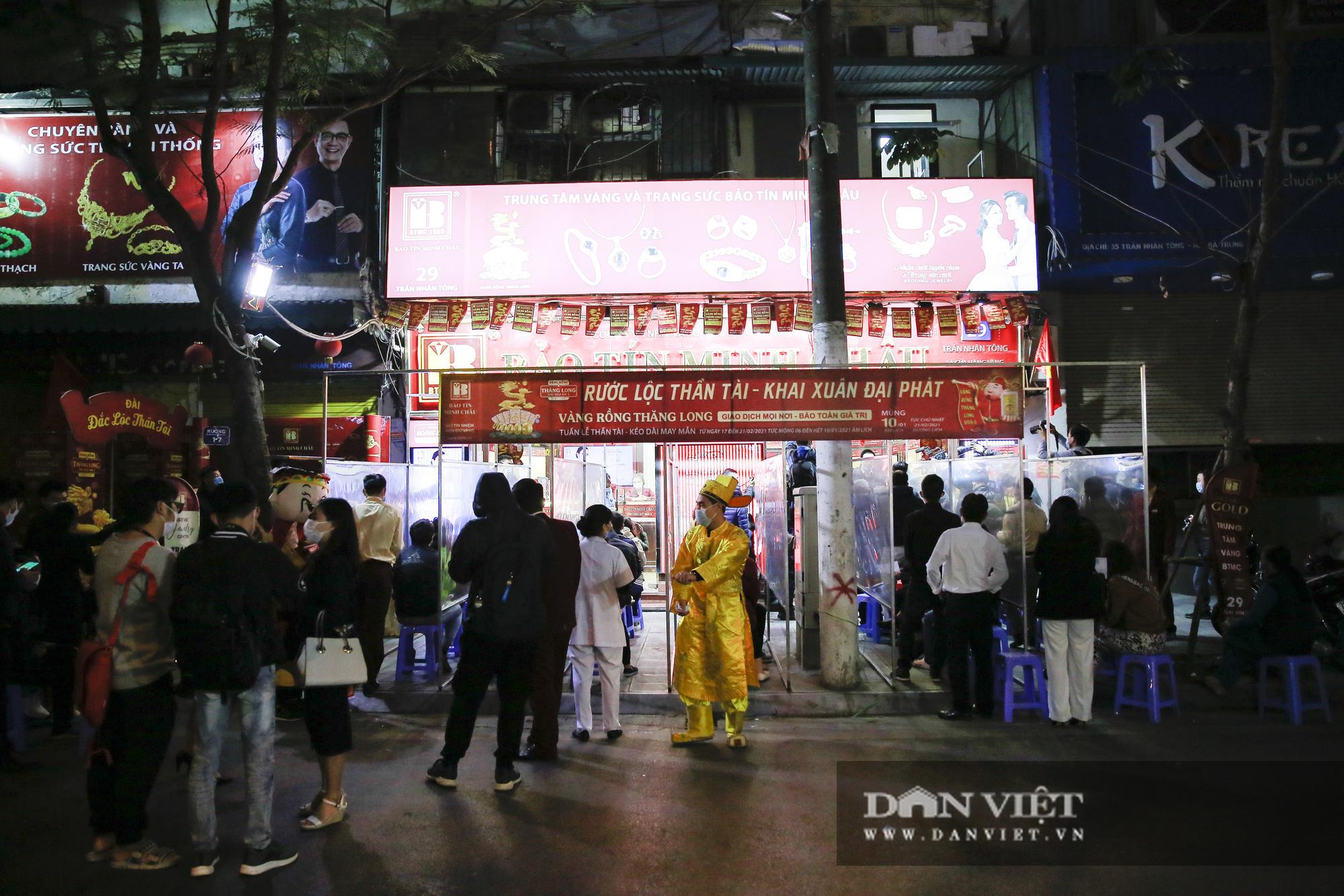 Người dân xếp hàng từ 5h sáng chờ mua vàng ngày vía Thần Tài - Ảnh 1.