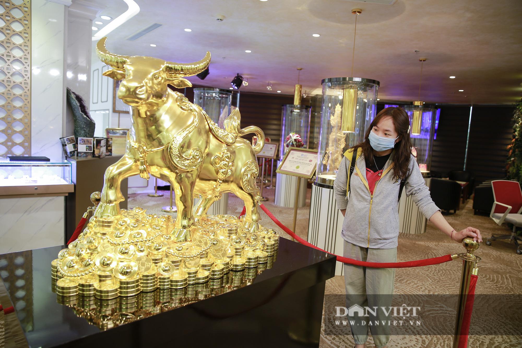 """Chiêm ngưỡng """"Kim Ngưu Vương Bảo"""" đúc từ 530 cây vàng trị giá 38 tỷ đồng - Ảnh 1."""