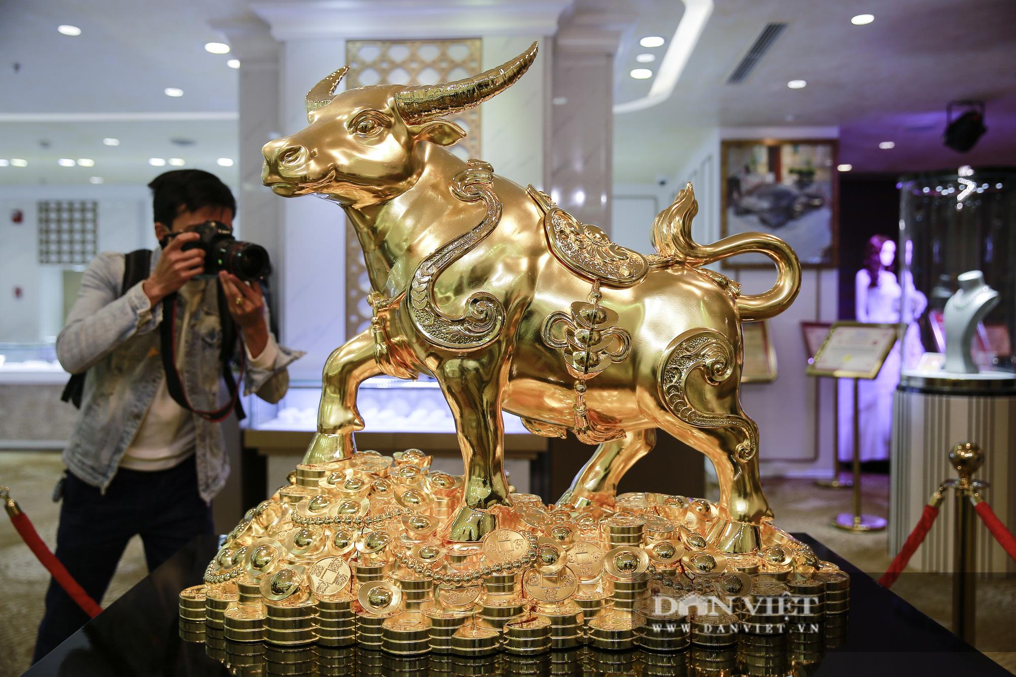 """Chiêm ngưỡng """"Kim Ngưu Vương Bảo"""" đúc từ 530 cây vàng trị giá 38 tỷ đồng - Ảnh 10."""