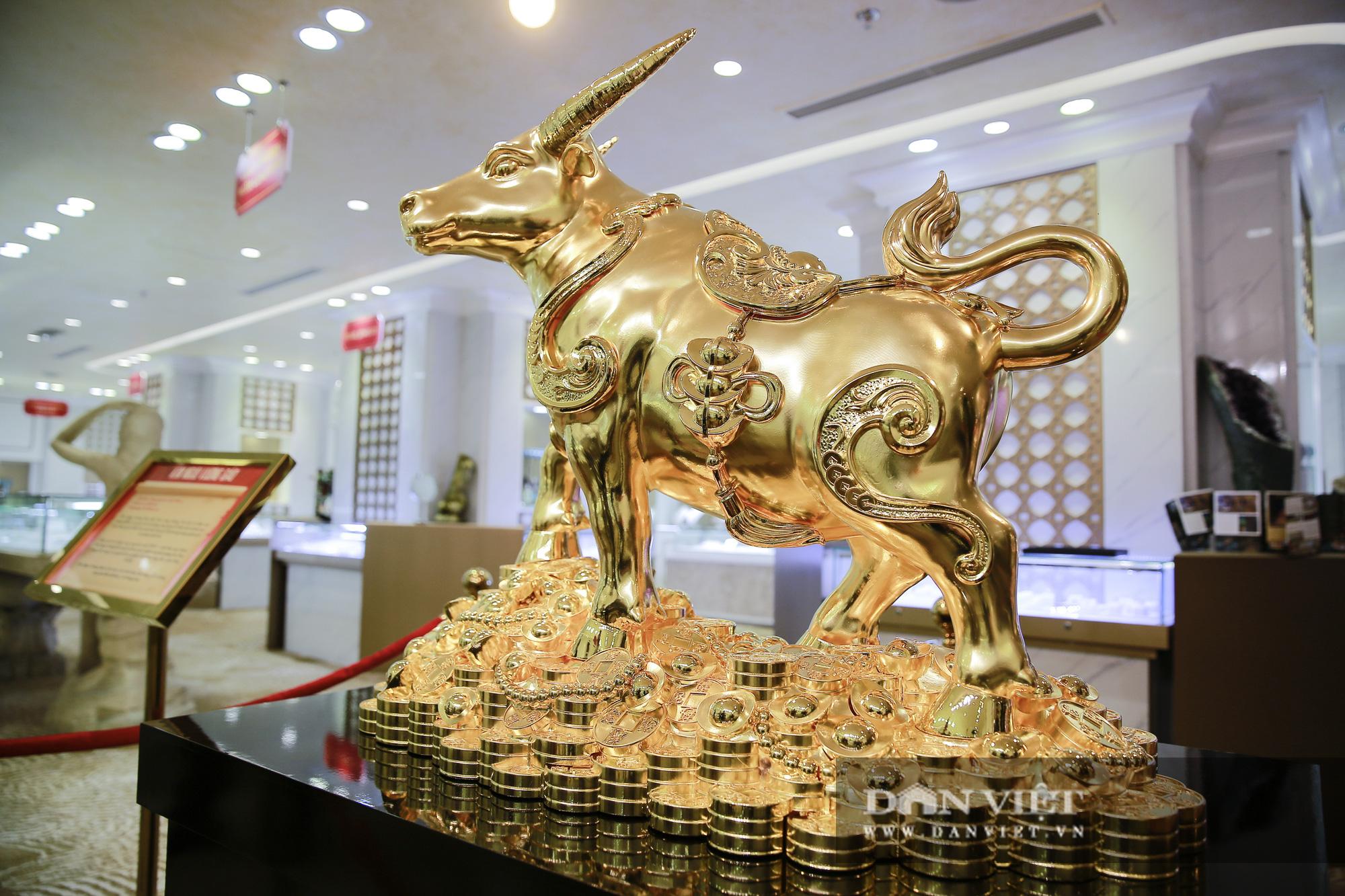 """Chiêm ngưỡng """"Kim Ngưu Vương Bảo"""" đúc từ 530 cây vàng trị giá 38 tỷ đồng - Ảnh 3."""