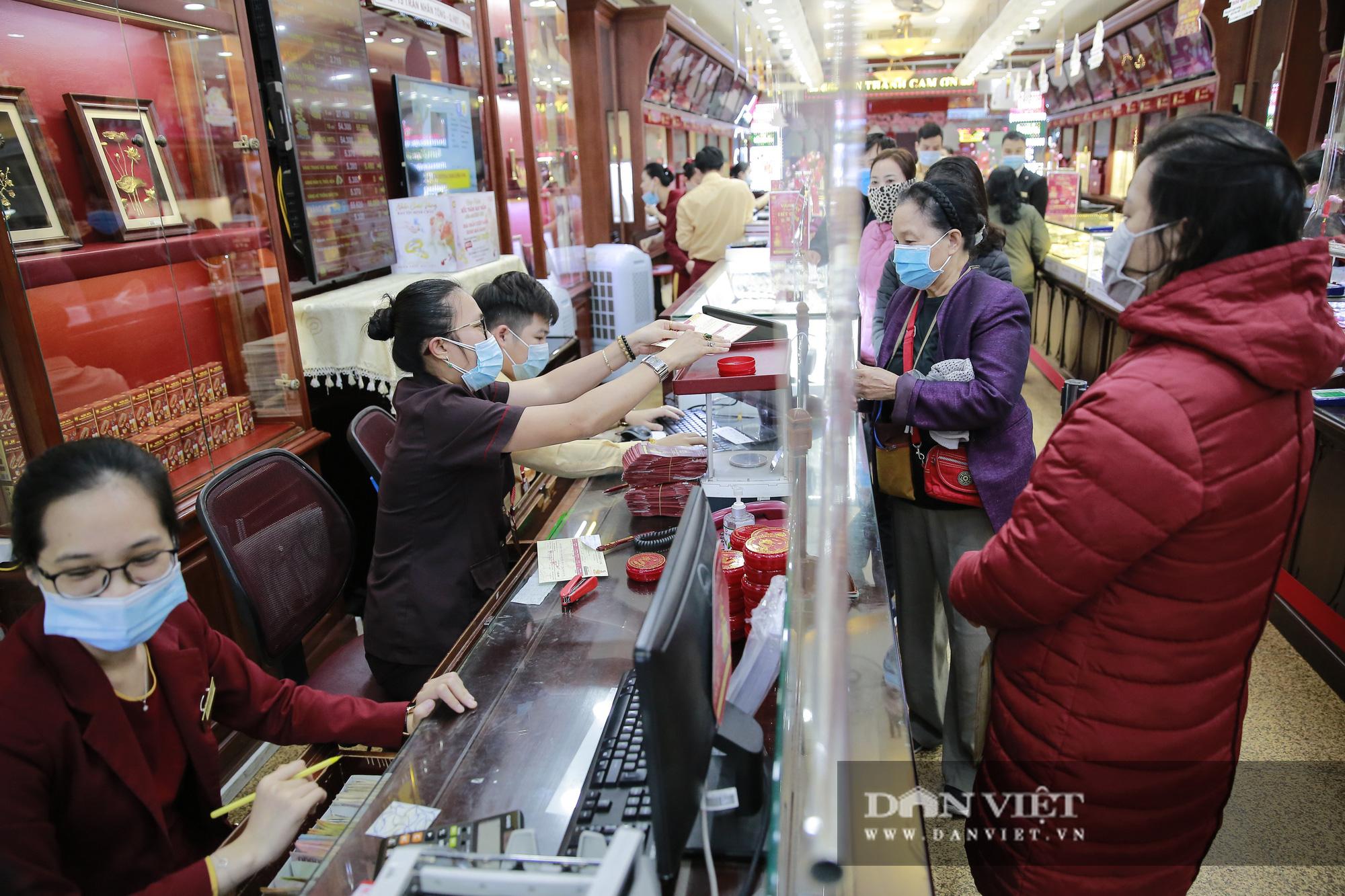 Người dân xếp hàng từ 5h sáng chờ mua vàng ngày vía Thần Tài - Ảnh 7.