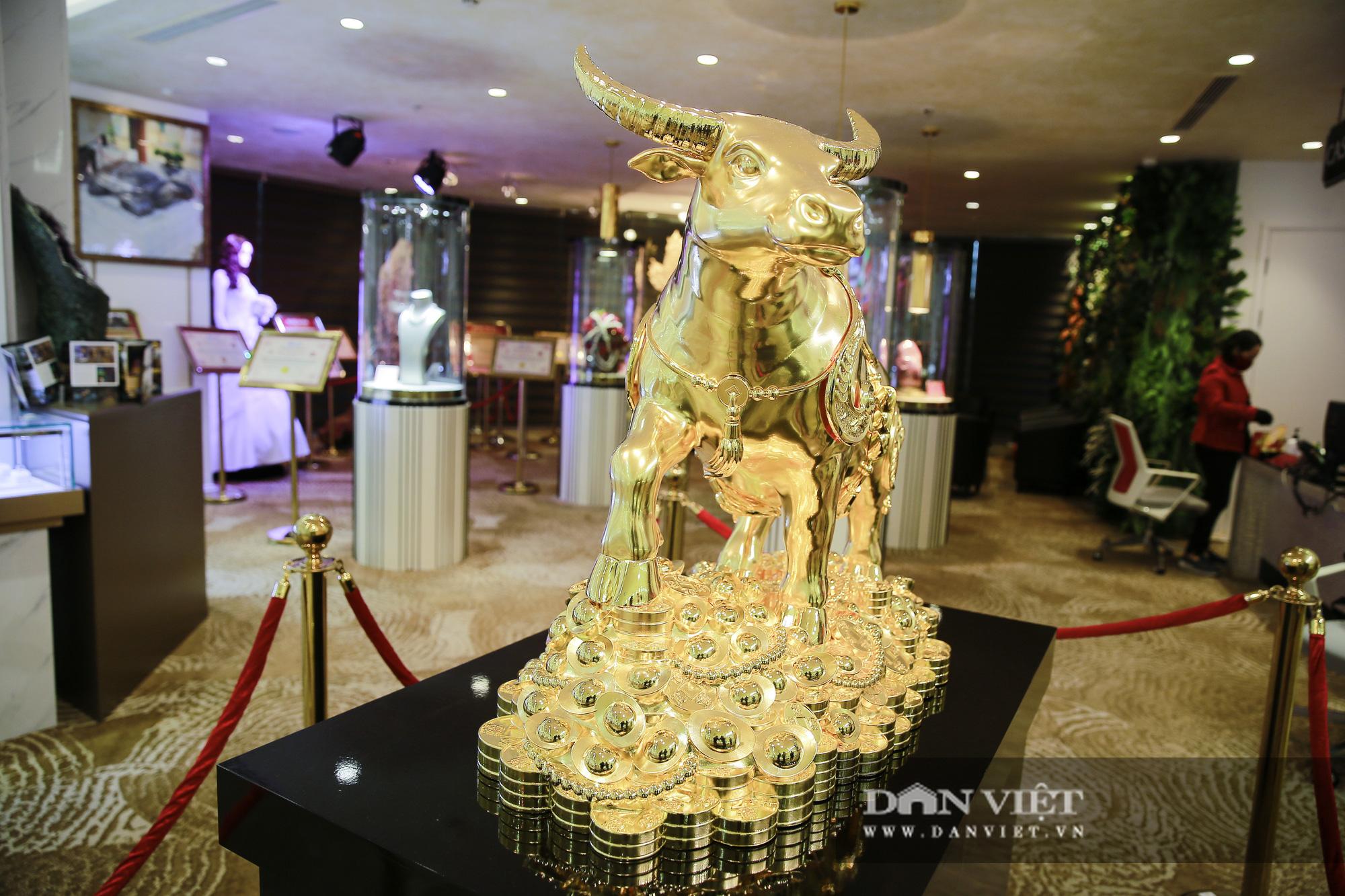 """Chiêm ngưỡng """"Kim Ngưu Vương Bảo"""" đúc từ 530 cây vàng trị giá 38 tỷ đồng - Ảnh 7."""