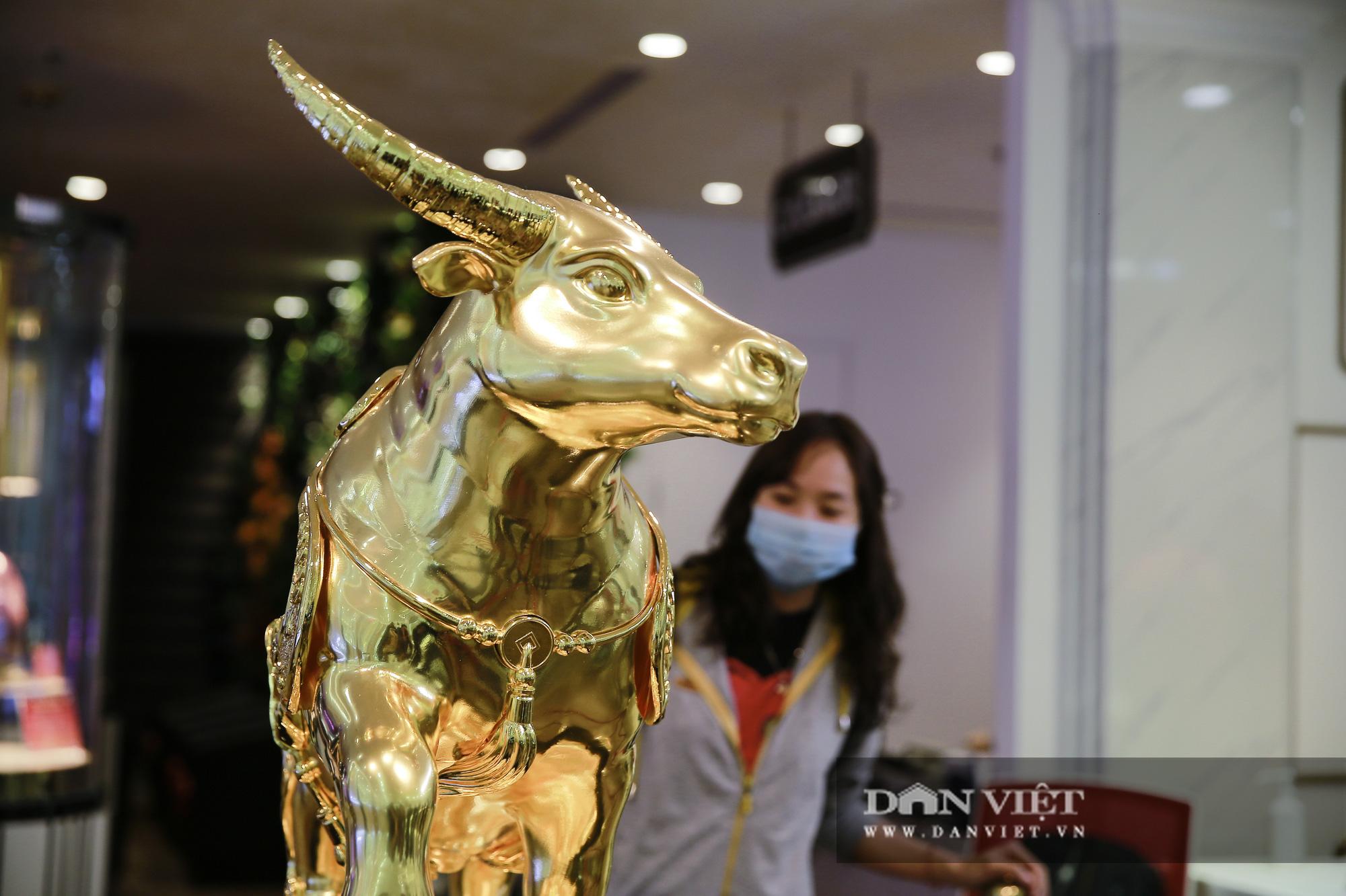 """Chiêm ngưỡng """"Kim Ngưu Vương Bảo"""" đúc từ 530 cây vàng trị giá 38 tỷ đồng - Ảnh 8."""