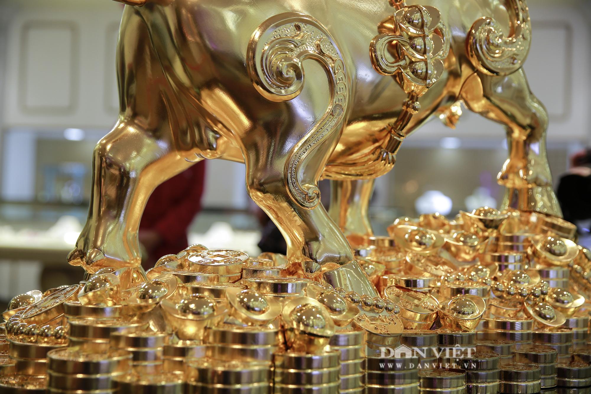 """Chiêm ngưỡng """"Kim Ngưu Vương Bảo"""" đúc từ 530 cây vàng trị giá 38 tỷ đồng - Ảnh 9."""