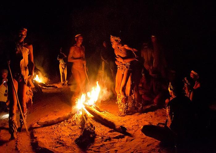 Điệu nhảy chữa bệnh kỳ diệu theo đức tin của bộ lạc San ở châu Phi - Ảnh 1.