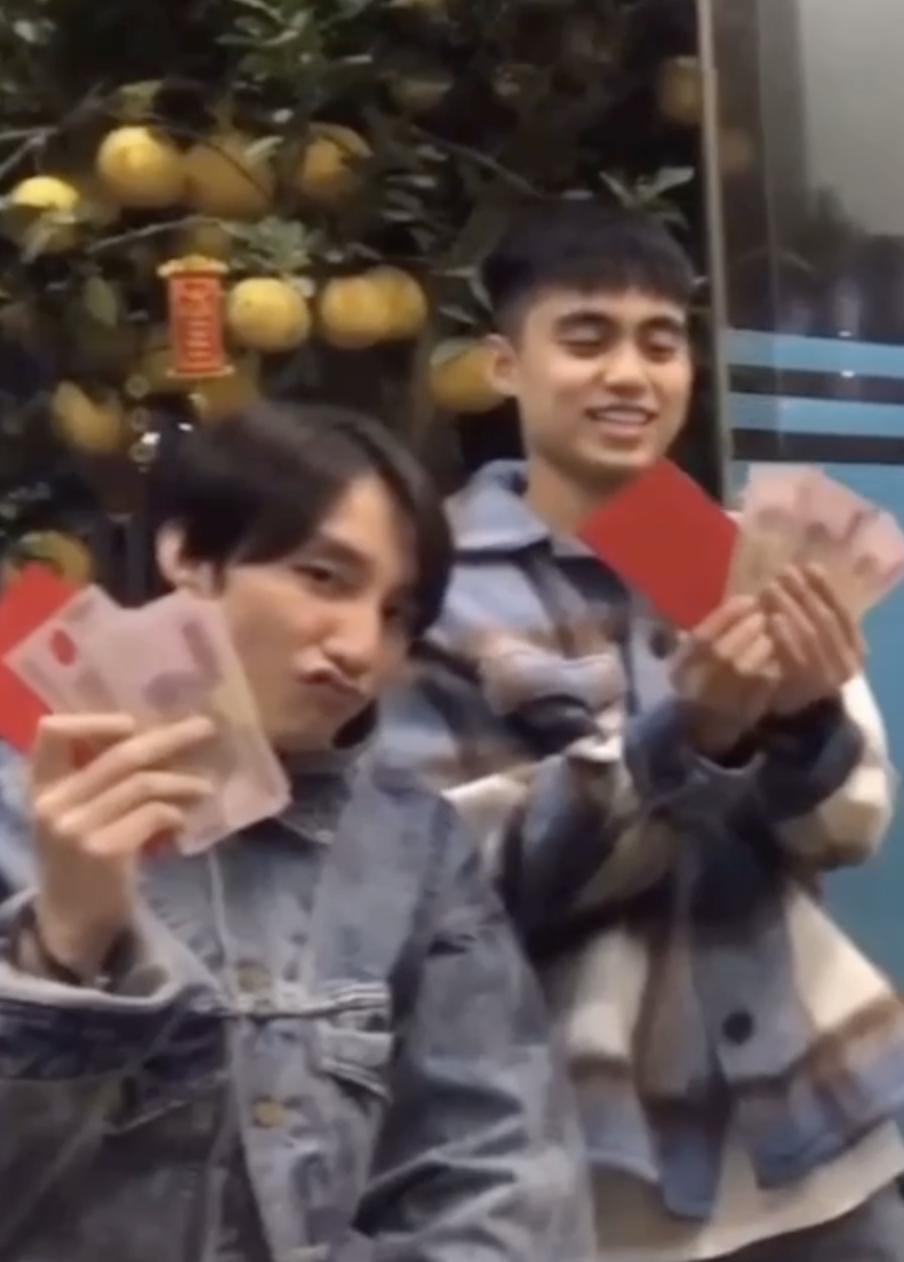 Clip: Hé lộ khoảnh khắc hiếm anh em nhà Sơn Tùng nhận lì xì, số tiền của Việt Hoàng làm netizen phải bình luận - Ảnh 3.
